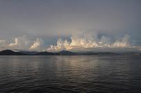 安静的海边白云