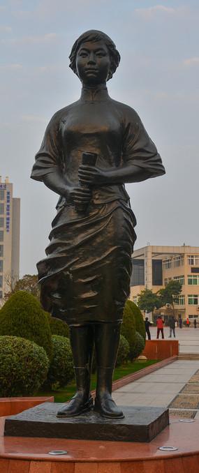 革命先烈金维映雕像
