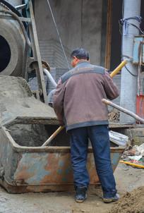 和水泥的工人