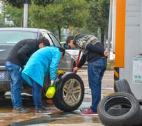 检查轮胎的修理工