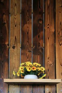 木板墙壁摆放的花盆