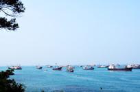 一批渔船出海