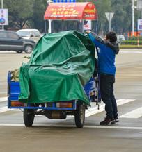 整理货物的快递员
