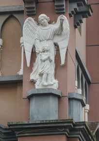 女天使与女孩雕像