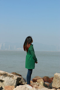 站在海边看海的女孩