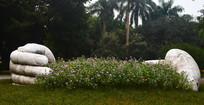 拥抱花圃艺术雕塑