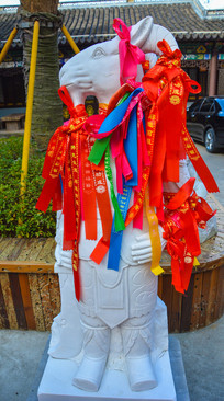 系挂祈福的十二生肖羊像