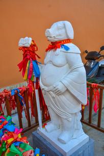 系挂祈福的十二生肖猪像