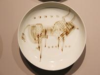 白地画牛瓷盘