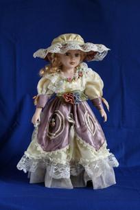 蓝色背景上的玩具洋娃娃