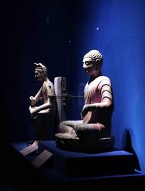 光影中的石雕佛像