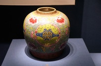 清代蓝地粉彩牡丹幅纹瓷罐