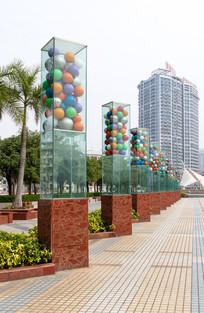 民族图案彩球柱子