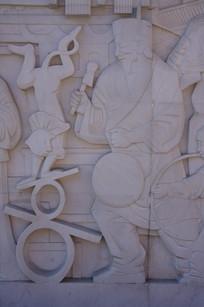 耍猴的老人壁雕