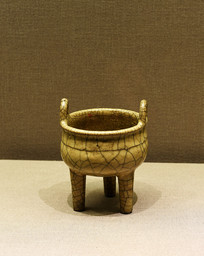 哥窑米黄釉鼎式炉
