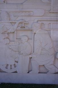 老人与孩子嬉戏壁雕