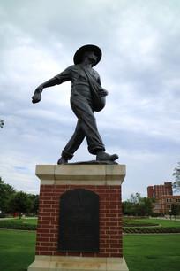 大学校园内的老校长塑像