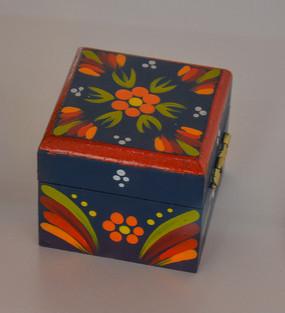 匈牙利国花花纹瓷礼盒