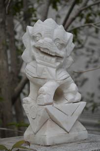 尖形石狮雕塑