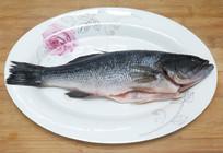 盘子里的鲈鱼