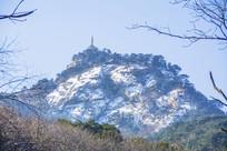 千山弥勒宝塔与山峰雪景
