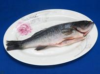 一条剖开的鲈鱼
