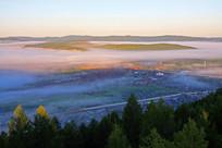 晨雾下的莫尔道嘎小镇