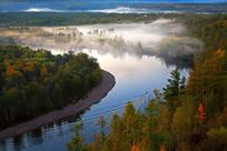 河畔森林晨雾景观