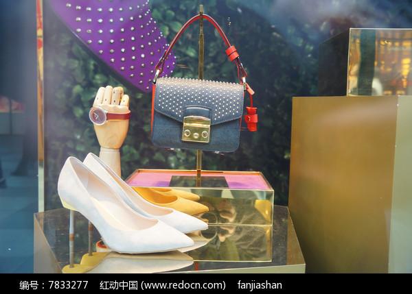 皮包和鞋子橱窗图片