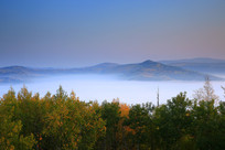 秋林山岭云雾