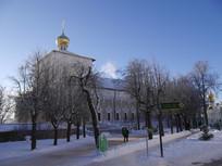 俄罗斯谢尔盖耶夫镇教堂外观小树林