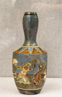 篮釉舞蹈图案长颈瓷瓶