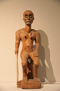 持拐杖的老年人木雕