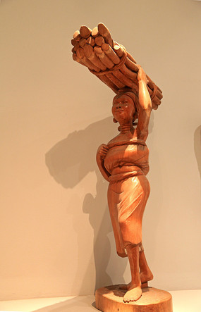 非洲妇女劳动木雕