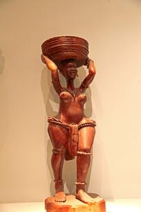 妇女头顶木盆木雕