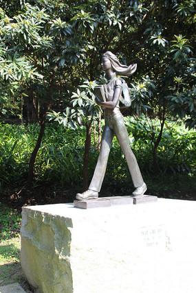 女学生雕塑
