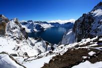 山坡积雪岩石湖水
