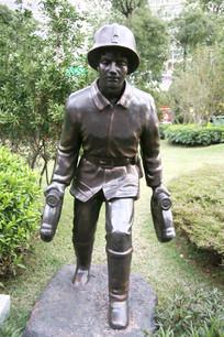 铜雕提水龙带的消防员