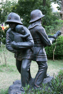 铜雕消防员保护婴儿救火雕像