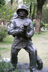 铜雕消防员执龙头救火雕像