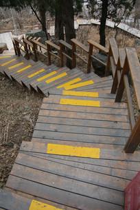 俯视木台阶山道