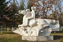 雕塑草原之声骑马少女