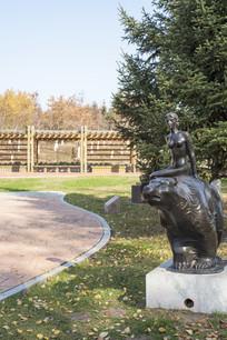 雕塑骑熊女孩