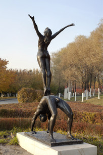 雕塑天与地男人与女人