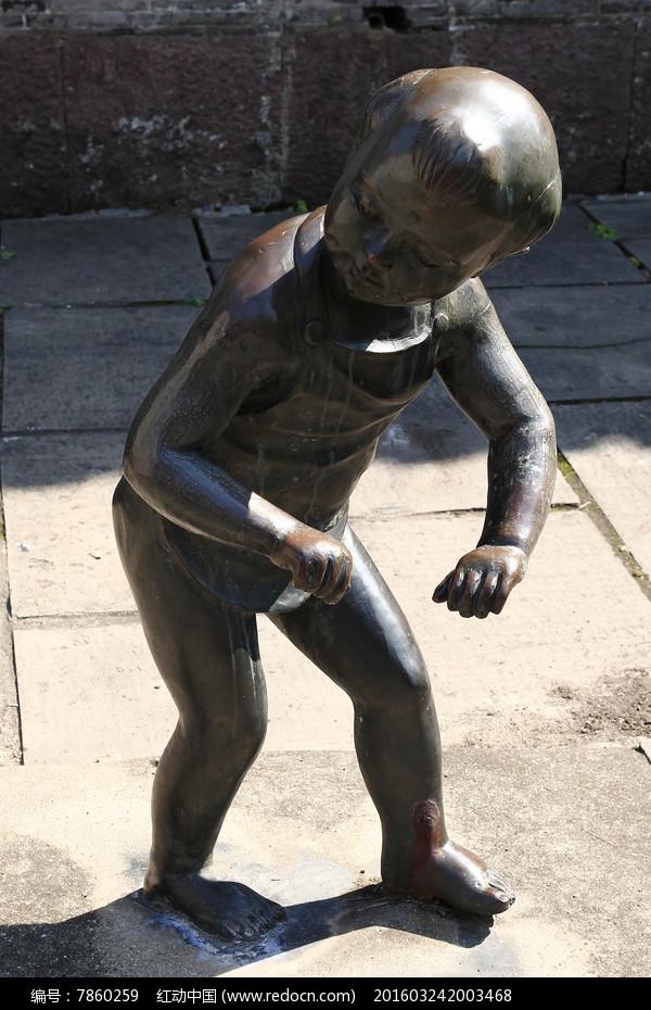 雕塑弯腰的小孩图片