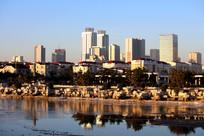 河边城市建筑一角