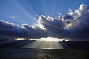 厚厚的云遮不住阳光