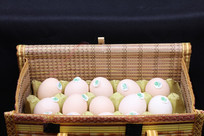 装在篮子里的新鲜鸡蛋