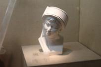 妇女白石膏像