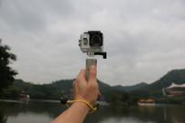 手拿相机自拍